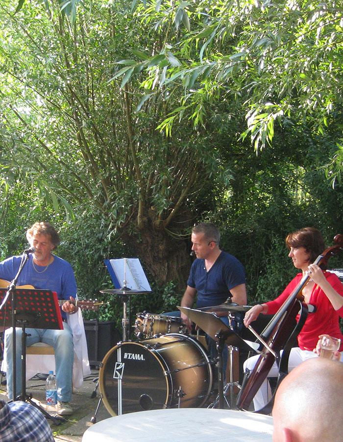 feestlocatie buiten met muziek, bijzonder feest, muziek in de natuur, sfeervolle bruiloft delft